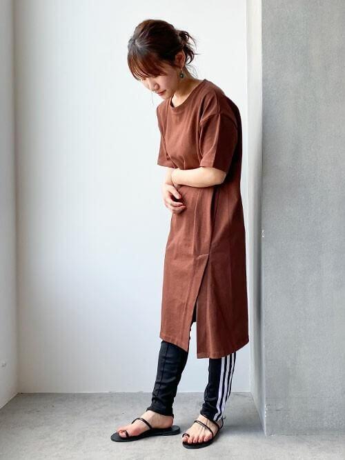 Tシャツワンピ×サンダル×トラックパンツのレディースコーデ(春夏編)