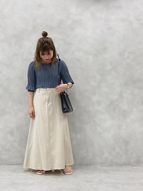 プリーツブラウス×サンダル×カラー・デザインデニムスカートの大人コーデ