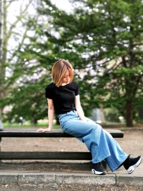 黒のTシャツ×ワイドデニムパンツ×厚底スニーカー