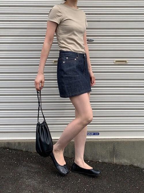 ベージュのTシャツ×フラットシューズ×ミニ・ショート丈デニムスカートの大人コーデ
