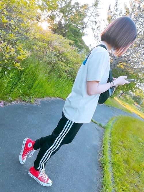 白のTシャツ×赤のスニーカー×トラックパンツのレディースコーデ(春夏編)