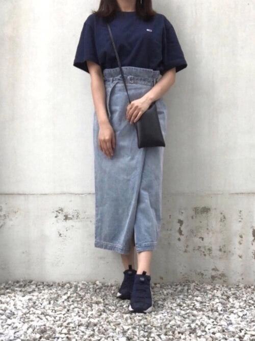 黒のTシャツ×スニーカー×カラー・デザインデニムスカートの大人コーデ