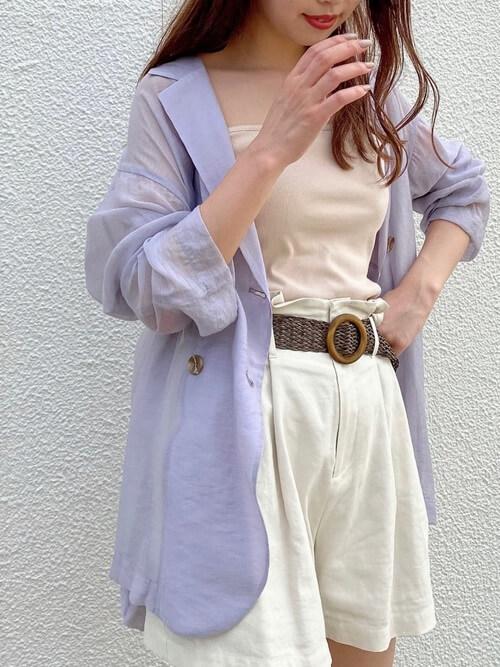 白のショートパンツ×パールのシアージャケット×ベージュのキャミソール×ベルト