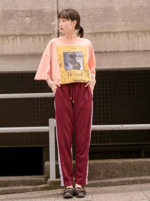 オレンジのTシャツ×ローファー×トラックパンツのレディースコーデ(春夏編)