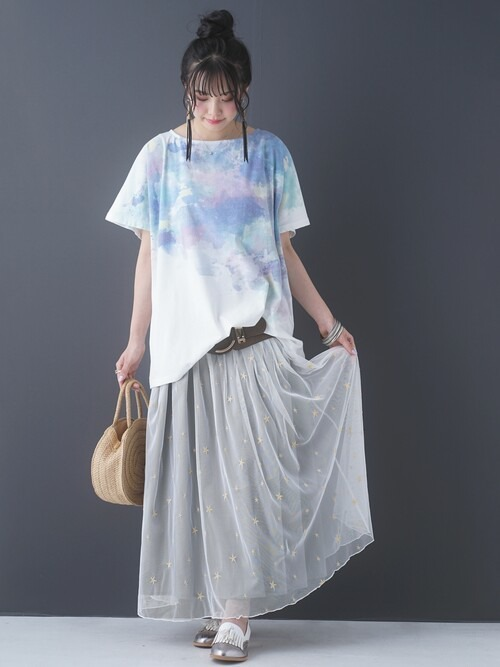 グレーのチュールスカート×タイダイ柄Tシャツ×シルバーのサンダル
