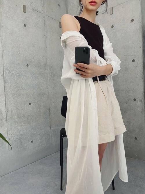 白のショートパンツ×白のロングシャツ×黒のタンクトップ×黒のベルト