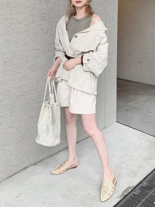 白のショートパンツ×ベージュのルーズジャケット×グレーのタンクトップ×黒のベルト×ベージュの編み上げサンダル