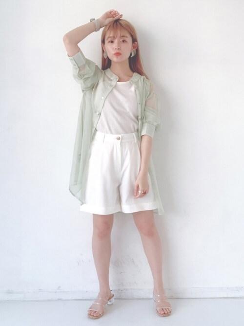 白のショートパンツ×ミントグリーンのシアーシャツ×白の無地Tシャツ×クリアサンダル