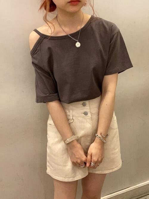 白のショートパンツ×黒のアシメトリーTシャツ