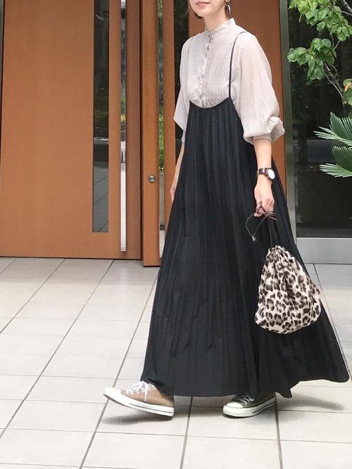 キャミワンピース×グレーのシアーシャツ×ベージュのスニーカー×レオパード柄の巾着バッグ