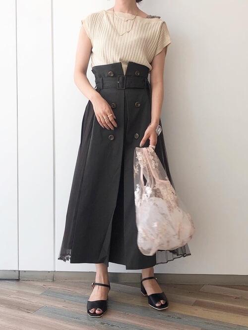 トレンチスカート×ベージュの半袖ニット×黒のサンダル