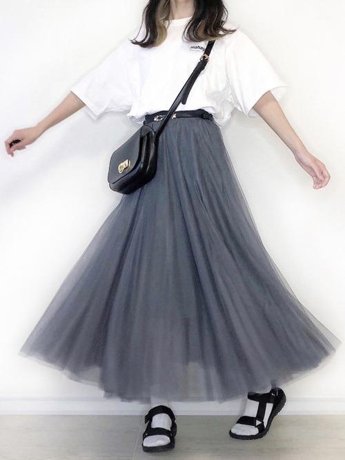 グレーのチュールスカート×白のロゴTシャツ×黒のスポーツサンダル×黒のショルダーバッグ