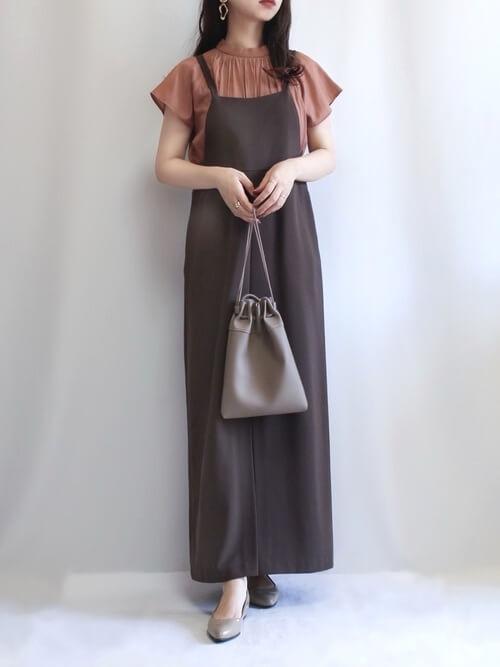ジャンパースカート×テラコッタの半袖ブラウス×グレーのパンプス×グレーの巾着バッグ
