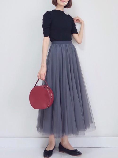 グレーのチュールスカート×黒のパフスリーブニット×黒のパンプ×赤のバッグ