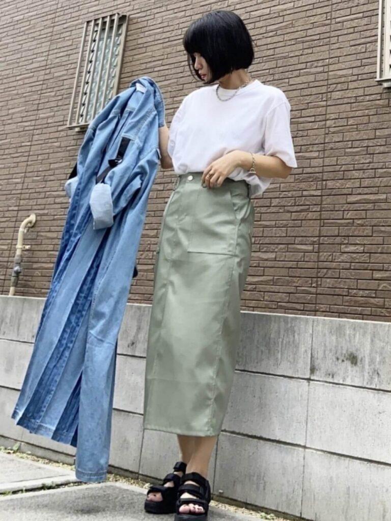 デニムシャツ×Tシャツ×レザースカート×スポーツサンダル