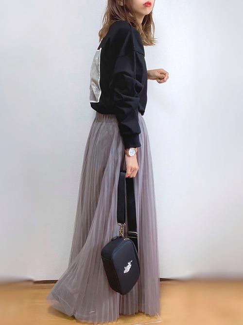 グレーのチュールスカート×黒のロンT×黒のローファー×黒のバッグ