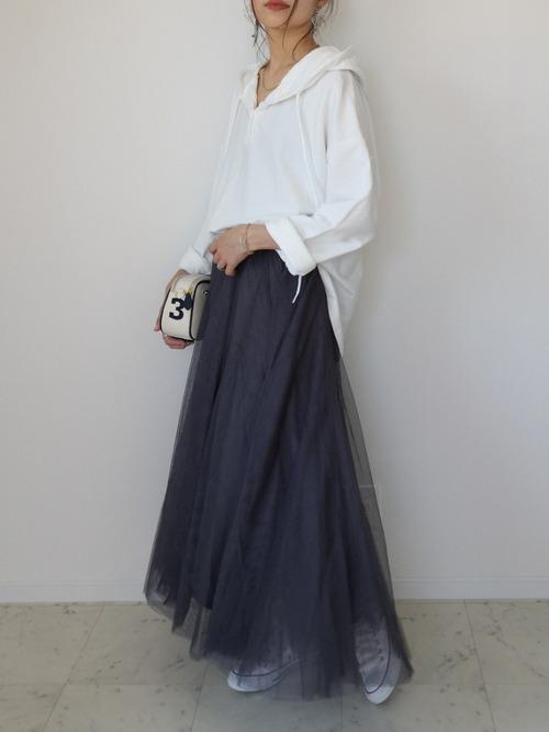グレーのチュールスカート×白のフードTシャツ×白のスニーカー×白のクラッチバッグ