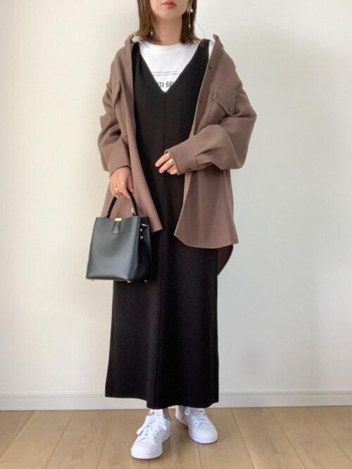 ジャンパースカート×ベージュのバンドカラージャケット×白のロンT×白のスニーカー×黒のバッグ