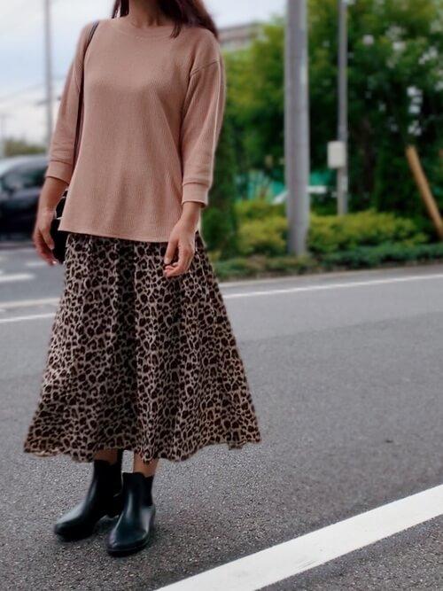 ピンクのカットソー×レオパード柄スカート×レインブーツのレディースコーデ