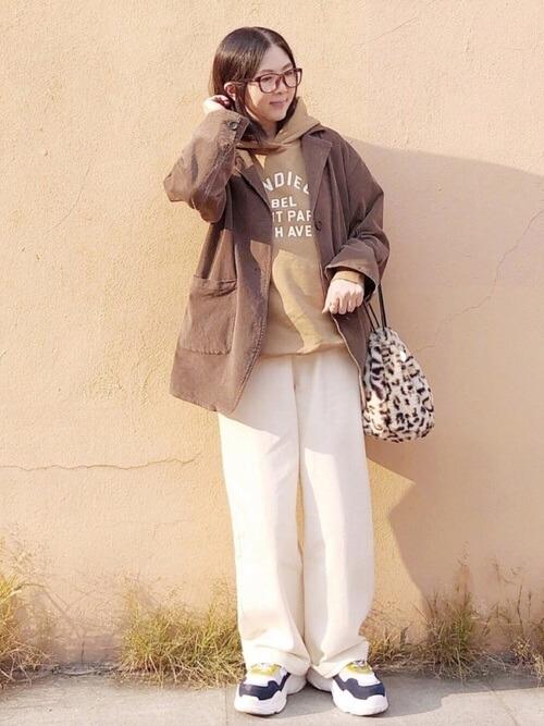 テーラードジャケット×パーカー×白のデニムパンツ×厚底スニーカー