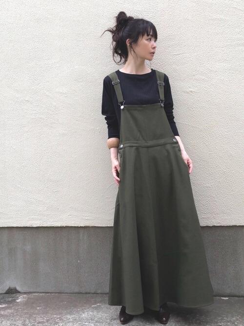 ジャンパースカート×黒のニット×黒のパンプス