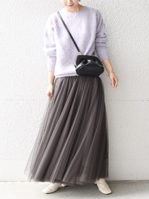グレーのチュールスカート×パープルニット×白のブーツ×黒のショルダーバッグ