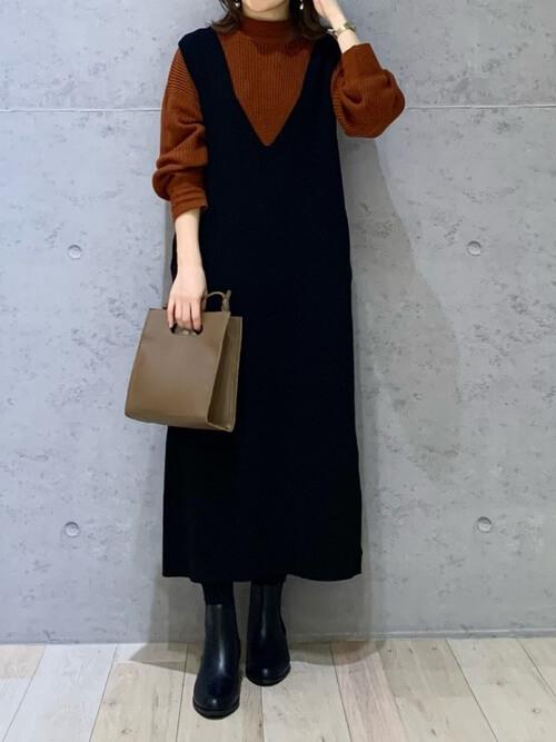 ジャンパースカート×ブラウンニットセーター×黒のショートブーツ×ベージュのバッグ