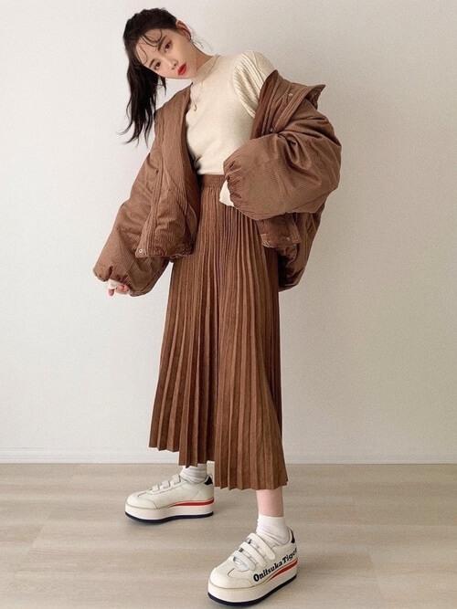 ブラウンのボリュームジャケット×ベージュのニット×ブラウンのプリーツスカート×厚底スニーカー