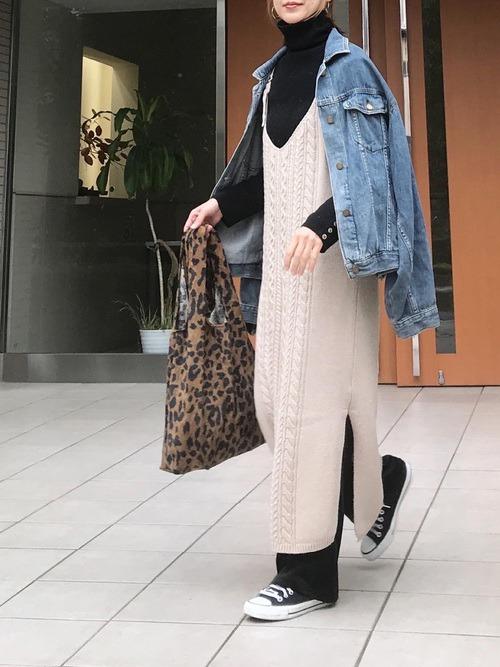 キャミワンピース×Gジャン×黒のタートルネックニット×黒のパンツ×黒のスニーかー×レオパード柄バッグ