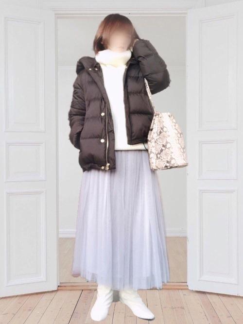 グレーのチュールスカート×黒のダウンジャケット×白のタートルネックニット×白のブーツ