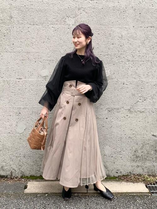 トレンチスカート×黒のチュール袖ニット×黒のパンプス