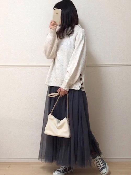 グレーのチュールスカート×白のニット×グレーのスニーカー×白のバッグ