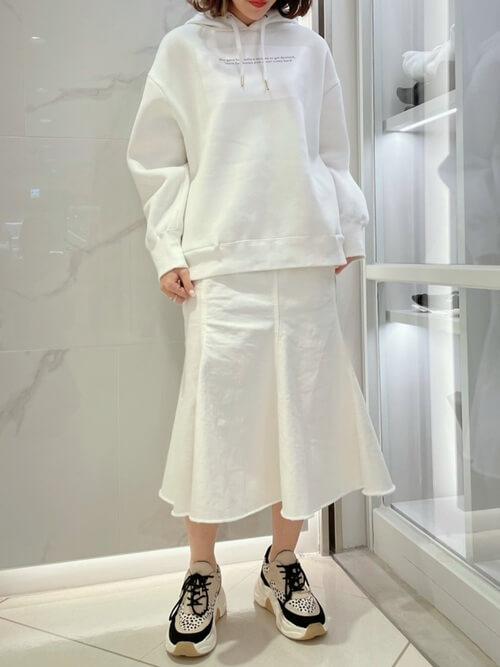 白のパーカー×スニーカー×カラー・デザインデニムスカートの大人コーデ