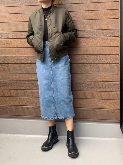 黒のハイネック×ブーツ×タイトデニムスカートの大人コーデ