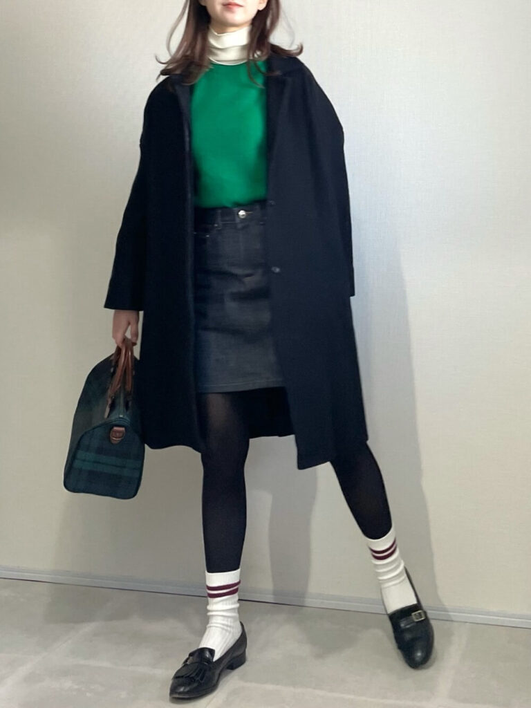 タートルネック×緑のカットソー×ノーカラーコート×ミニ・ショート丈デニムスカートの大人コーデ