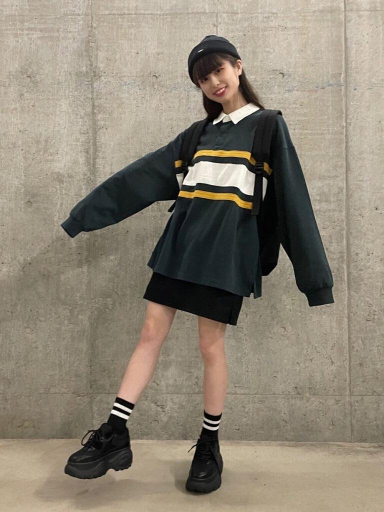 韓国ファッション:ビックシルエットのトップスはミニスカートでガーリーに