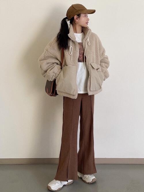 ベージュのボアジャケット×Tシャツ×ブラウンのフレアパンツ×厚底スニーカー