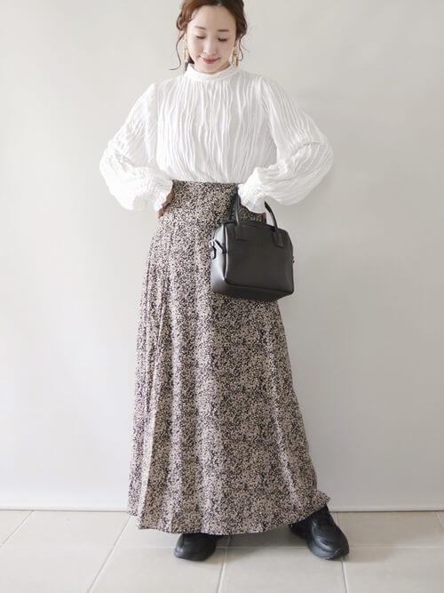 白のブラウス×花柄スカート×黒のバッグ×厚底スニーカー