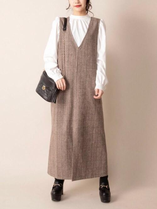 ジャンパースカート×白のブラウス×厚底ブーツ×黒のバッグ