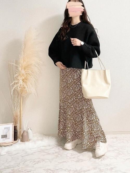 黒のニット×花柄のスカート×白のバッグ×厚底スニーカー