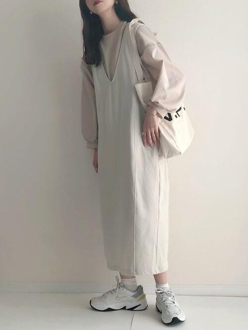 白のジャンパースカート×ベージュのバフスリーブTシャツ×厚底スニーカー
