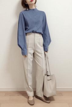 ブルーのノーカラーシャツ×白のテーパードパンツ×パンプス