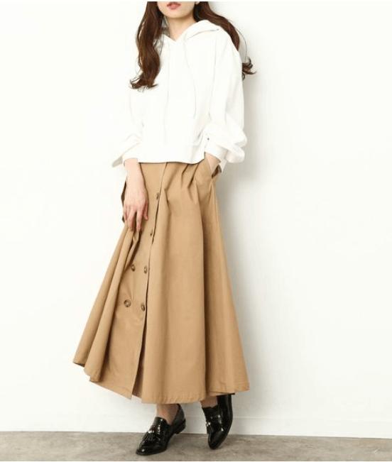 トレンチスカート×白のパーカー×黒のローファー