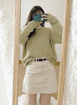 ケーブルニット×白のミニスカート