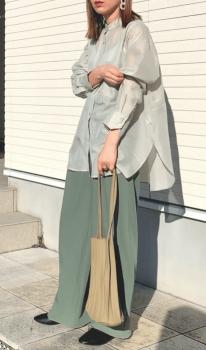 シアーシャツ×グリーンのワイドパンツ×プリーツバッグ