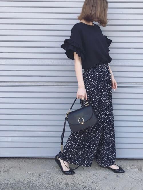 袖フリルトップス×黒のドット柄スカート×黒のパンプス