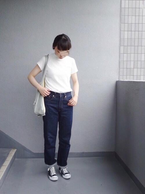 白のTシャツ×スニーカー×インディゴデニムの春コーデ