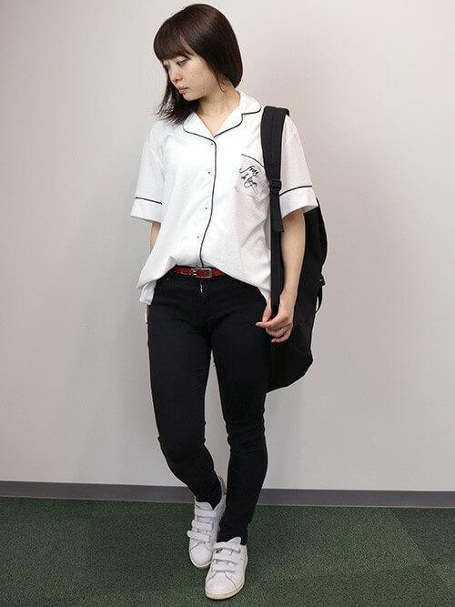 パジャマシャツ×黒パンツ×スニーカー