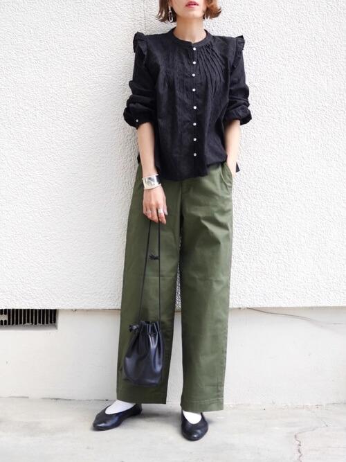 袖フリルトップス×グリーンのパンツ×黒のパンプス