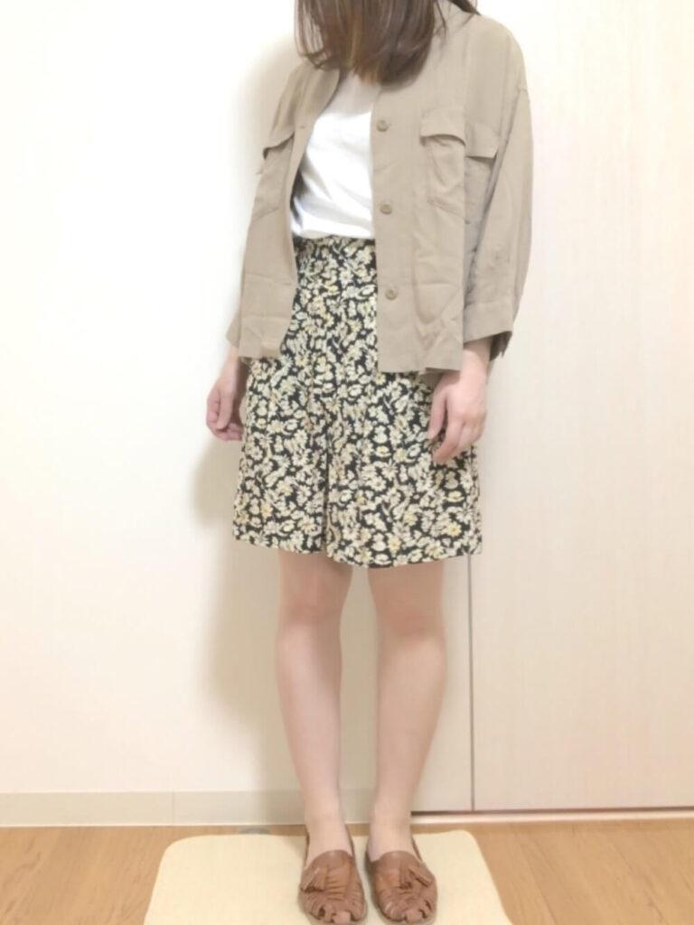 花柄ショートパンツ×シャツジャケット×白T×サンダル